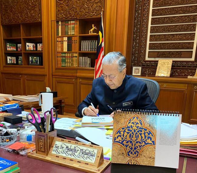 PM Tun Mahathir Signs SOLS 247 Study Book
